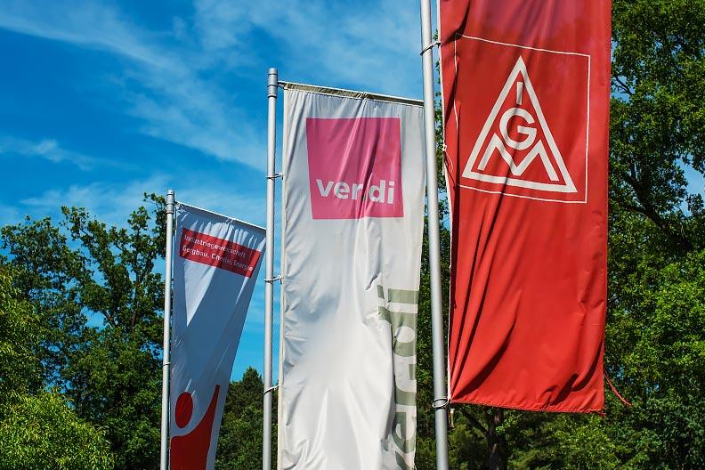 Fahnen der Gewerkschaften in Hustedt