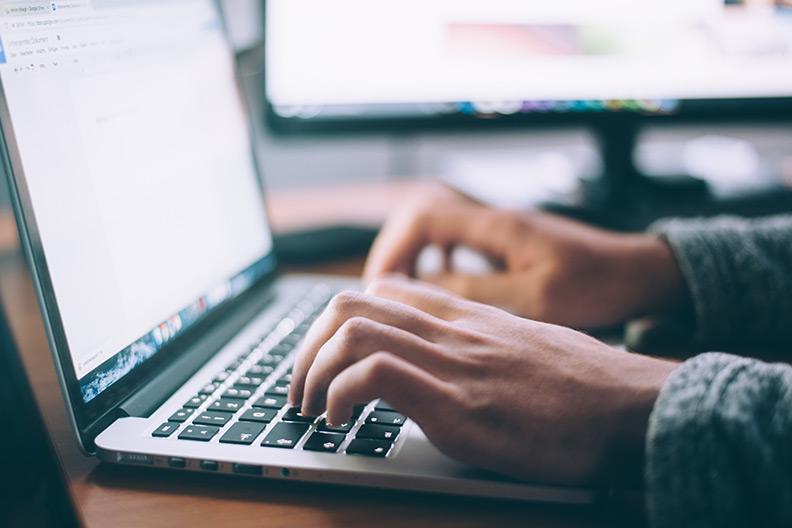 Foto von Händen auf einer Computertastatur